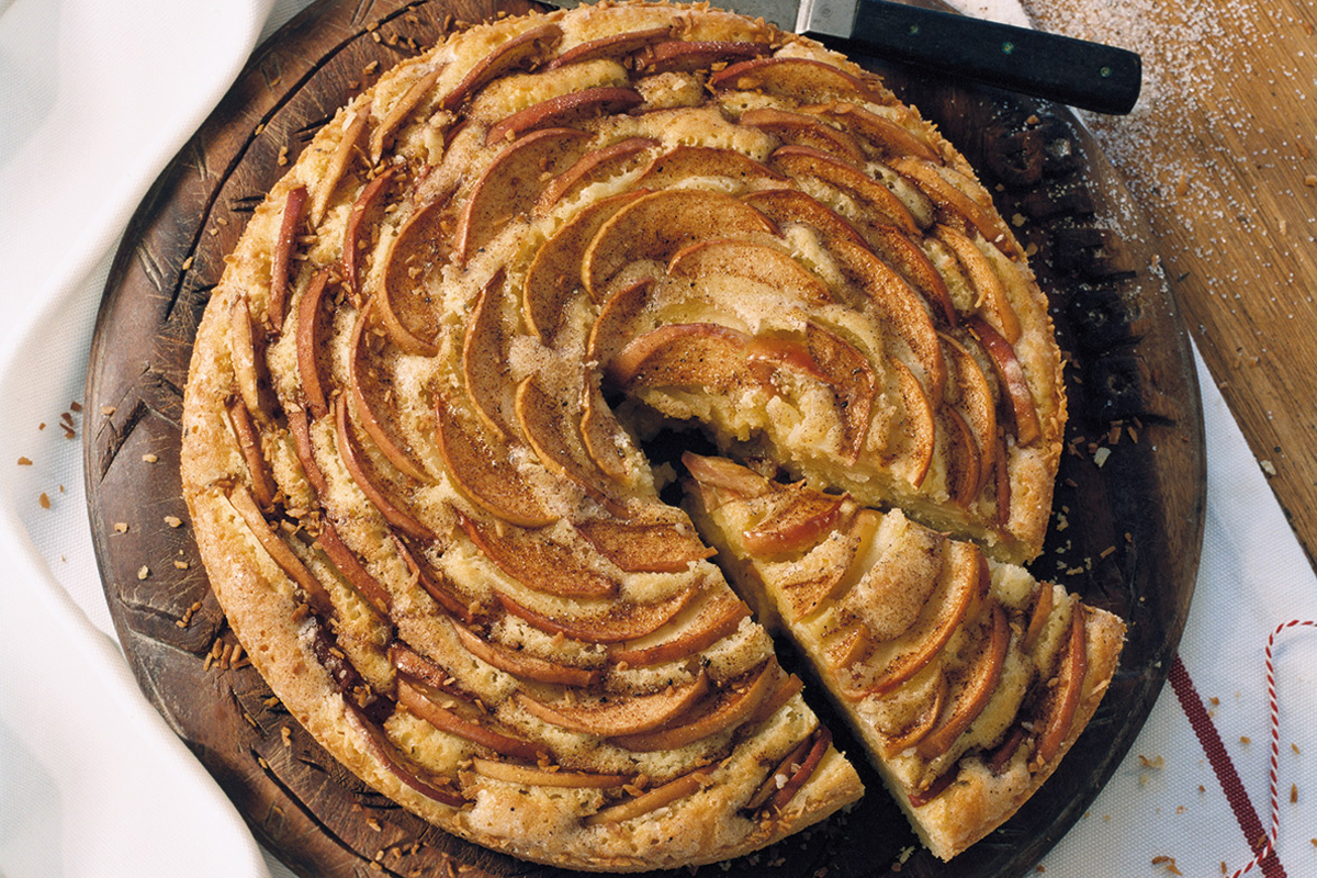 This Apple & Lemon Cake will cement your role as hostess of the year. The best part is that it's easy to make and tastes heavenly.