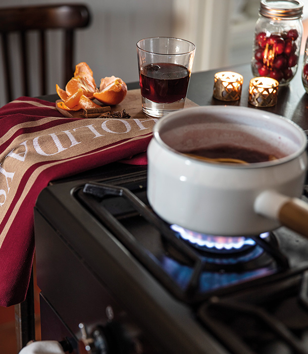 Use a robust wine that is unoaked. Unoaked wine is more likely to be lighter-bodied than its oaked counterpart. It has fresh fruit flavors that marry well with the spices infused to cook up this holiday drink.