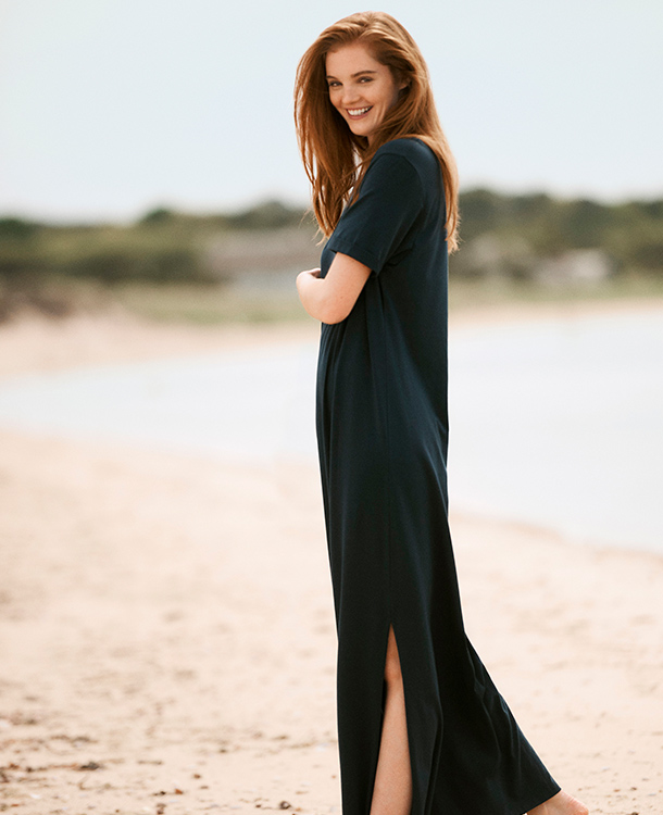 The Elana dress is loose, comfy and with a lovely drape. With the right accessories, the dress can easily be transformed to an elegant evening dress with an edge.