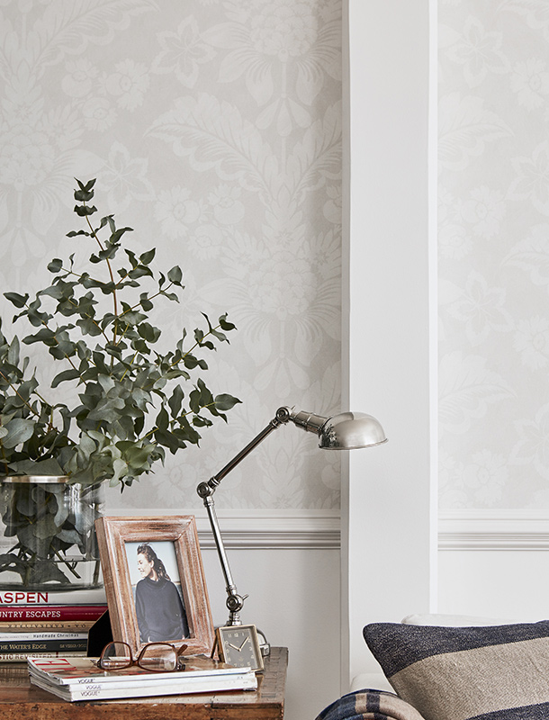Another fine example of wallpaper that stops at hip-height. The Harriet wallpaper is inspired by the first pioneers' use of medallion patterns. The patterns are among the most classic of designs and have been around as wallpaper since the first settlers came to New England.