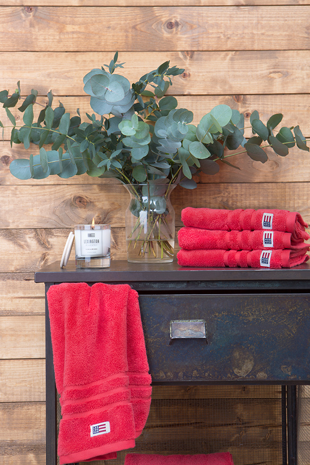 It's soft, it's absorbent and most importantly it's pretty. The pomegranate will liven up any lucky owners bathroom.