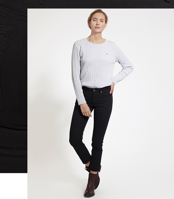 The Zoe jeans are straight-leg cut jeans that are cropped. Depending on the shoes you par the Zoe with, these jeans are appropriate for all seasons. Wear them with a pair of eye-catching shoes to elevate your outfit.