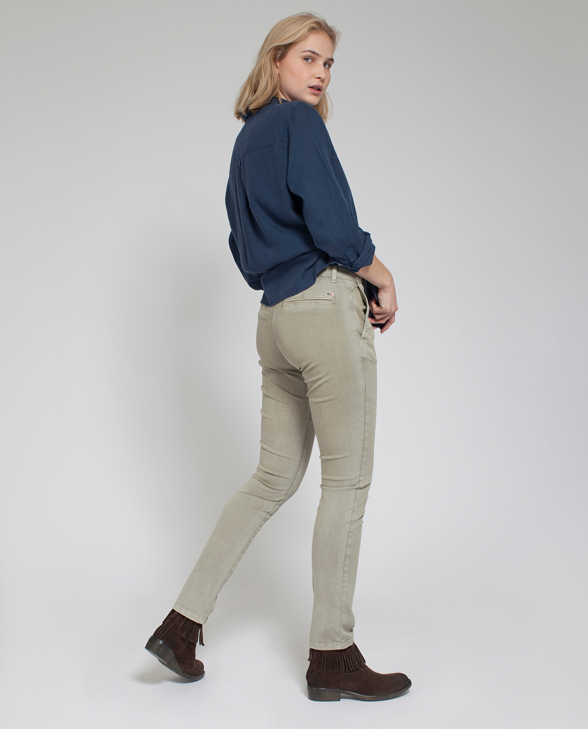 Betsy Chinos, Savanna Green